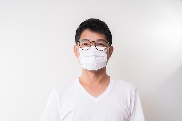 Aziatische man met chirurgisch gezichtsmasker om griepziekte corona-virus te voorkomen