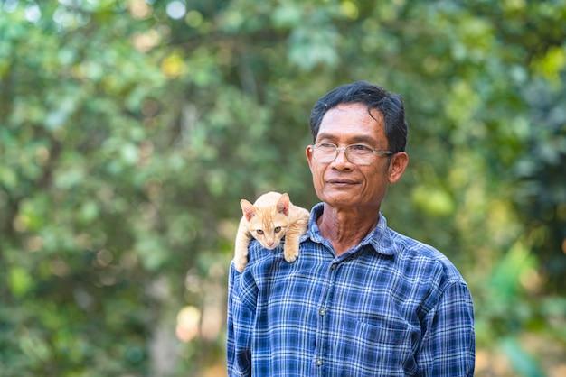 Aziatische man met kleine kat