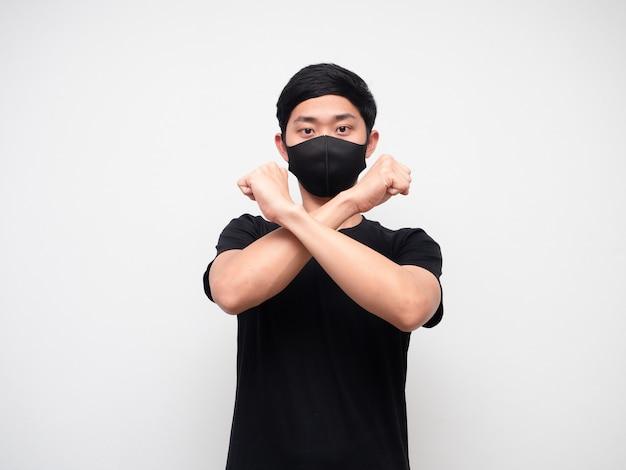 Aziatische man met masker cross arm oneens zeggen nee kijken naar camera op witte isolaat achtergrond