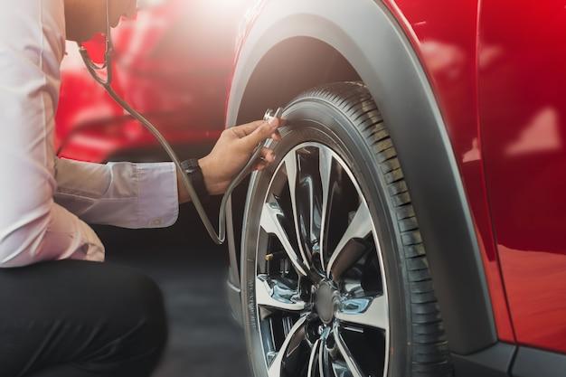 Aziatische man met stethoscoop auto inspectie rubber banden auto. close-up hand