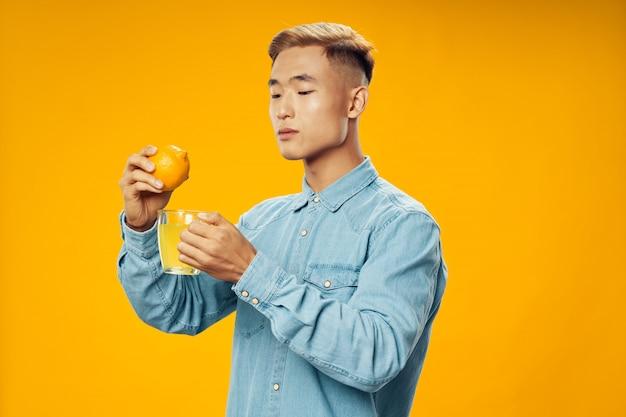 Aziatische man op felle kleuren poseren model, coronavirus