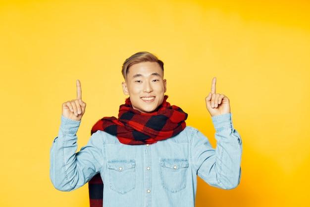 Aziatische man op heldere kleuren oppervlak poseren model, coronavirus