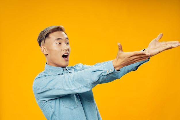 Aziatische man op heldere kleurenruimte poseren model, coronavirus