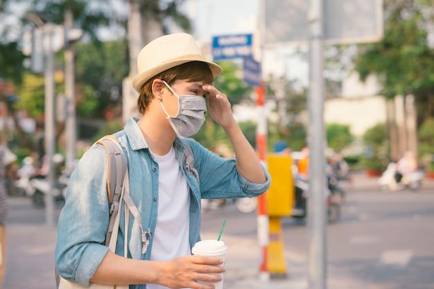 Aziatische man op straat met beschermende maskers