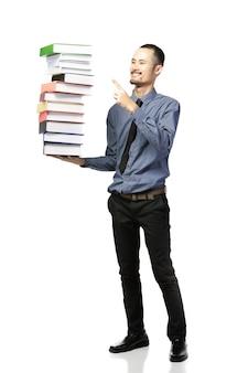 Aziatische man opende mond gekleed in formele slijtage met boeken.