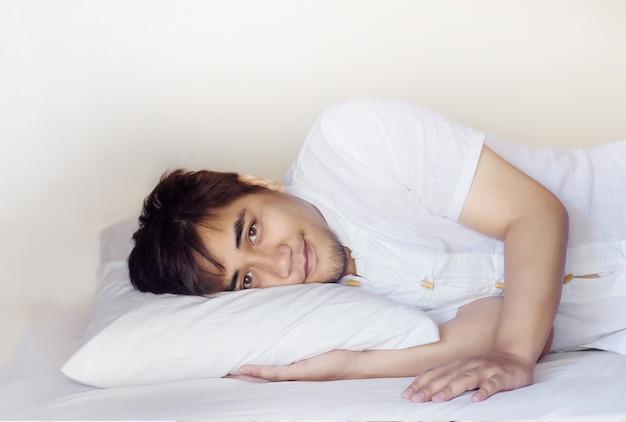 Aziatische man slaapt op kussen in de slaapkamer om te ontspannen