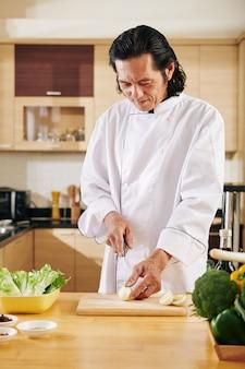 Aziatische man snijden ingrediënten