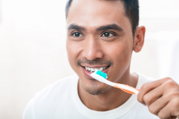 Aziatische man tanden poetsen