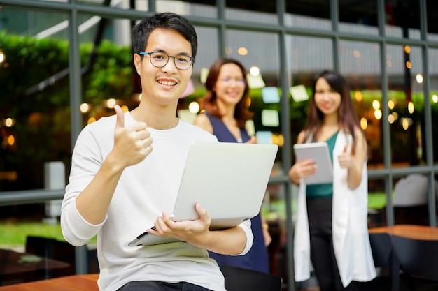 Aziatische man van de manager duim opdagen met werknemer voor succes