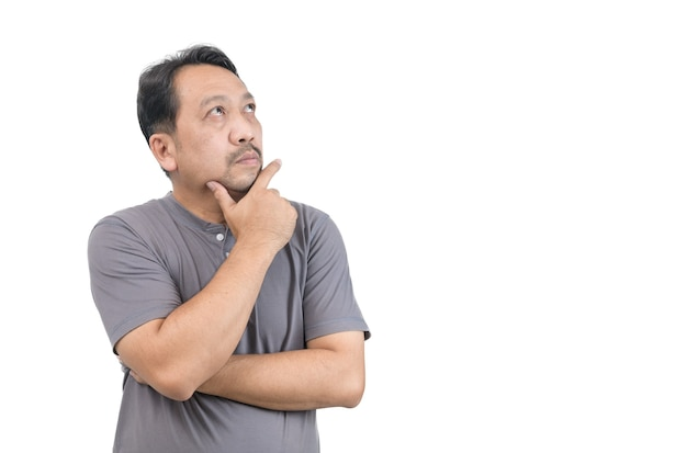Aziatische man van middelbare leeftijd denken geïsoleerd op een witte achtergrond, kopieer ruimte