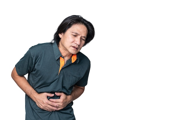 Aziatische man van middelbare leeftijd heeft maagpijn als gevolg van inflammatoire gastritis op witte geïsoleerde backgrou