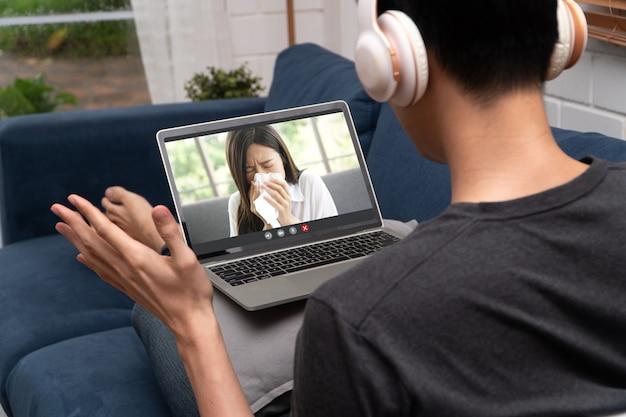 Aziatische man videoconferentie ontmoeting met zieke vriendin om ziekte aan te moedigen en te informeren. concept van communicatietechnologie,
