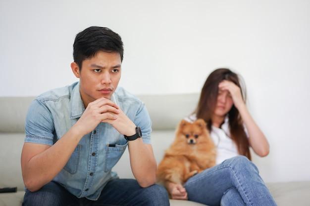 Aziatische man voelt zich verveeld en stress met zijn vrouw