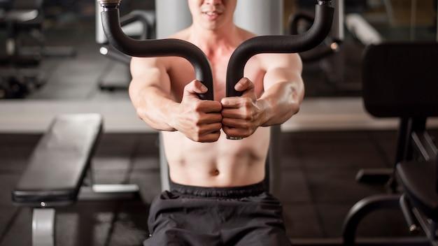 Aziatische man werkt in fitness gym