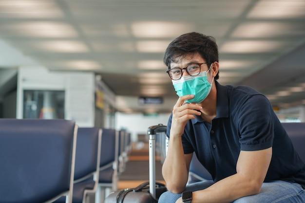Aziatische man zit alleen in de lounge te wachten boarding tijd vorm luchtvaartmaatschappij