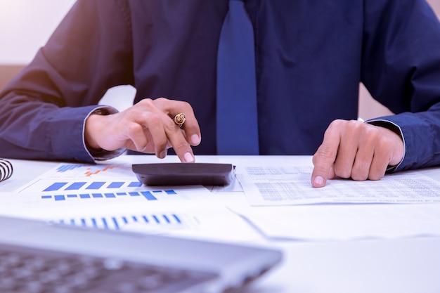 Aziatische mannelijke accountants of bankiers voeren berekeningen uit.