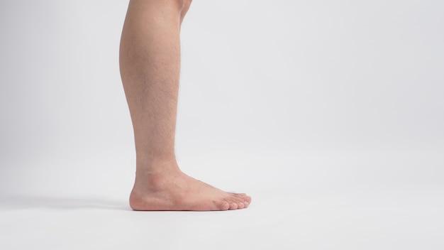 Aziatische mannelijke blootsvoets been geïsoleerd op een witte achtergrond.