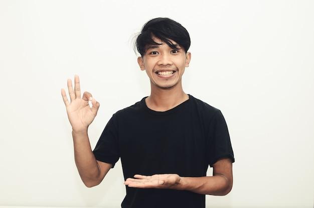 Aziatische mannen dragen casual zwarte shirts met een goed gebaar