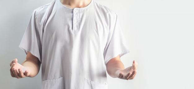 Aziatische mannen dragen witte casual doek beoefenen van meditatie yoga pose geïsoleerd op wit, meditatie