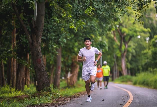 Aziatische mannen joggen en rennen in het park