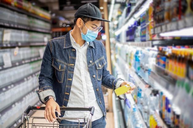Aziatische mannen kopen en winkelen voedsel om in te hamsteren tijdens de covid-uitbraak