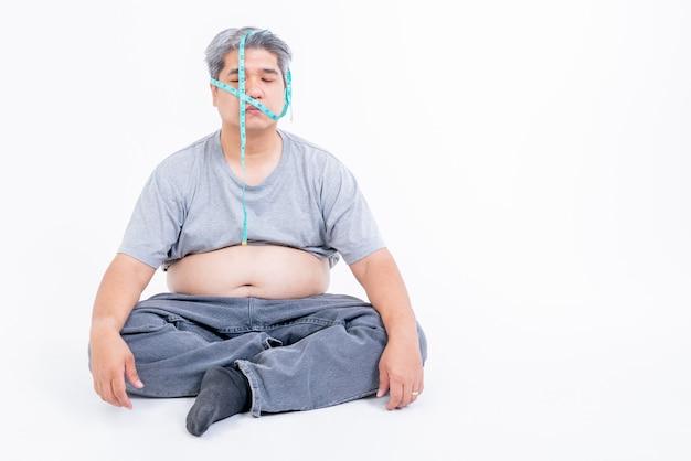 Aziatische mannen van middelbare leeftijd zijn gestrest over obesitas en angst plus vorm