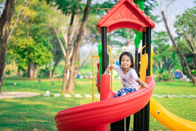 Aziatische meisje speelt graag in een speeltuin