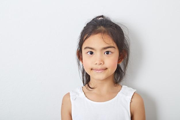 Aziatische meisjekinderen bij ruimte