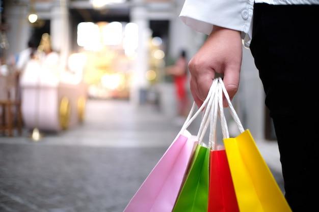Aziatische meisjes die verkoop het winkelen zakken houden. consumentisme levensstijl concept in het winkelcentrum.