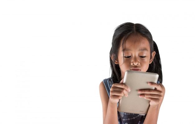 Aziatische meisjes gebruiken content voor het weergeven van tablets, gebruikt om kinderen te waarschuwen voor technologie.