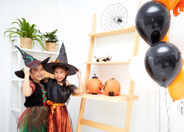 Aziatische meisjes in halloween-kostuum thuis