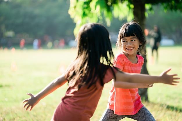 Aziatische meisjes spelen 's ochtends in het park