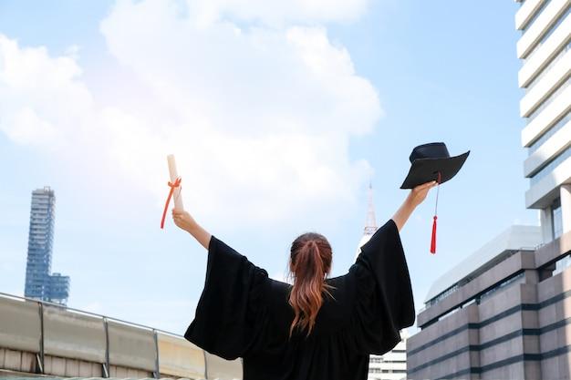Aziatische meisjes zijn afgestudeerd en hebben een diploma behaald.