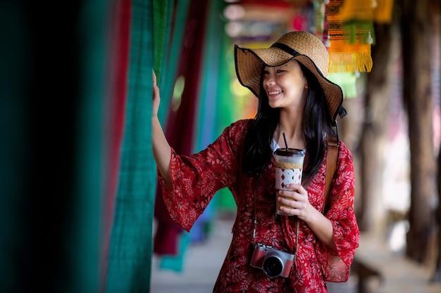 Aziatische meisjespret en spel in lamduan geweven stoffenkoffiewinkel