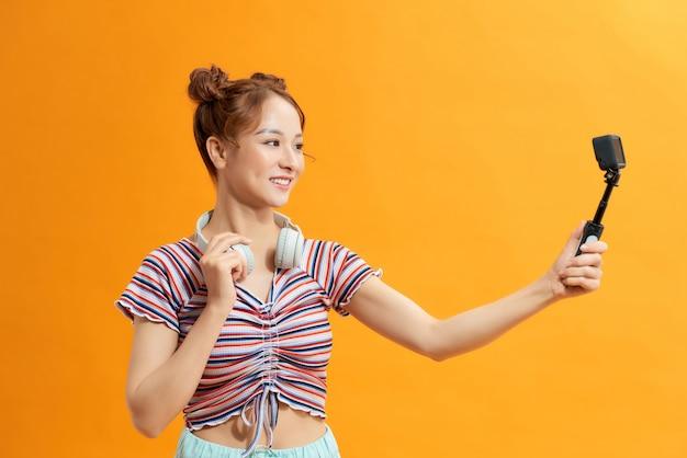 Aziatische meisjestoeristen genieten van de gopro-camera