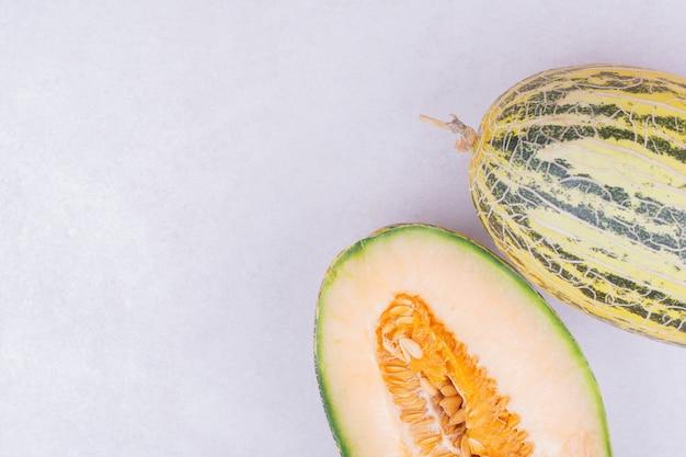 Aziatische meloenen geïsoleerd op een grijze ondergrond