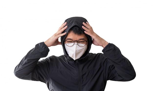 Aziatische mens die chirurgisch masker draagt om het coronavirus van de griepziekte en pm 2.5 stof te voorkomen, dat op witte achtergrond, het knippen weg wordt geïsoleerd