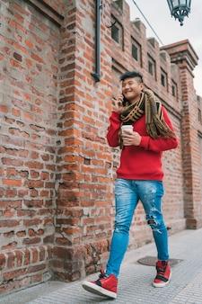 Aziatische mens die op de telefoon in openlucht spreekt