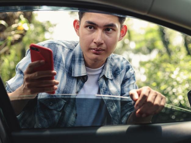 Aziatische mens die op uber-taxi wachten