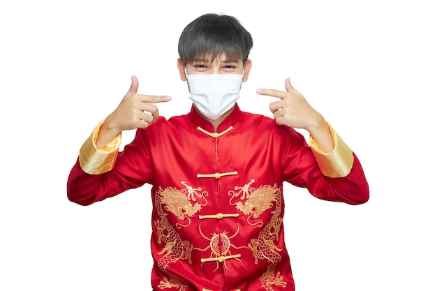 Aziatische mens in rode mandarijnkraagkleding die antivirusmasker draagt.