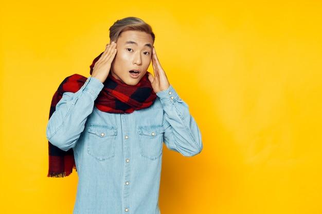 Aziatische mens op helder kleuren stellend model