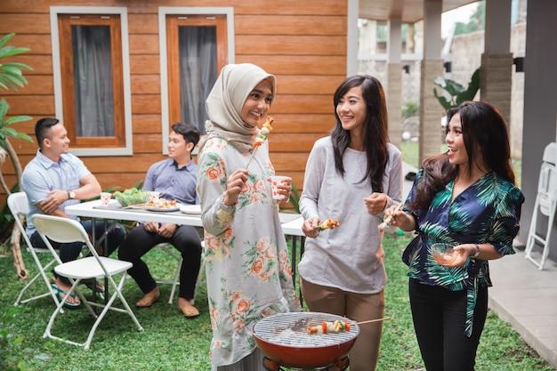 Aziatische mensen barbecueën met vrienden