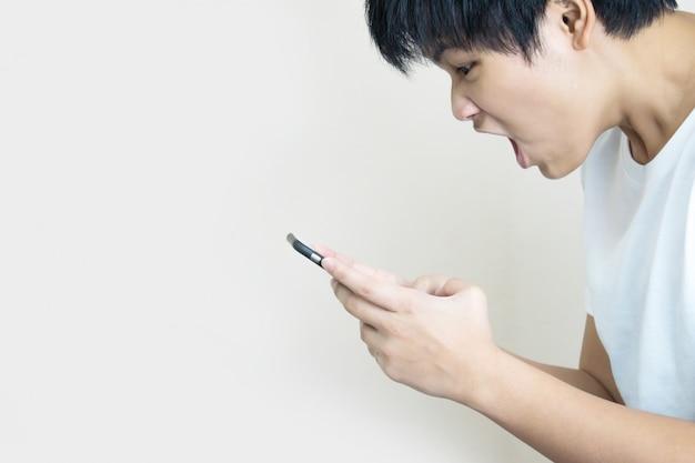 Aziatische mensen dragen een wit t-shirt om een geschokte of boze uitdrukking te tonen.