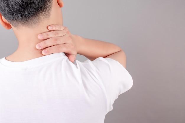 Aziatische mensen dragen witte shirts, voelen zich moe en hebben last van nekpijn. gezondheid concept