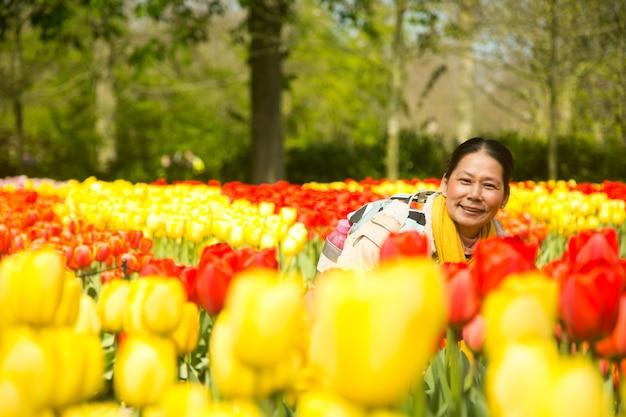 Aziatische mensen nemen foto tulpen bloem keukenhof boerderij. lente seizoen .