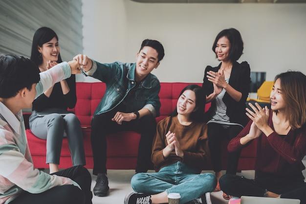 Aziatische mensen opstarten