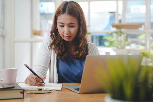 Aziatische mensen studeren thuis online via internet.