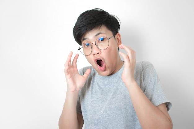 Aziatische mensen zijn geschokt en heffen beide handen op.