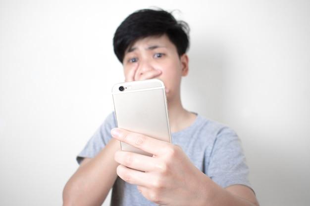 Aziatische mensen zijn geschokt om sommige berichten van mobiele telefoons te zien.
