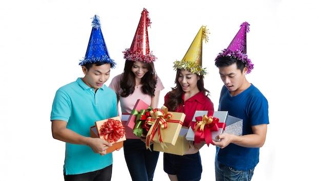 Aziatische mensen zijn verrast om de geschenkdozen te openen